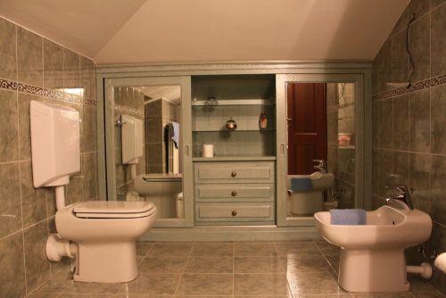 Armadio bagno idee creative di interni e mobili - Armadi per bagno classici ...