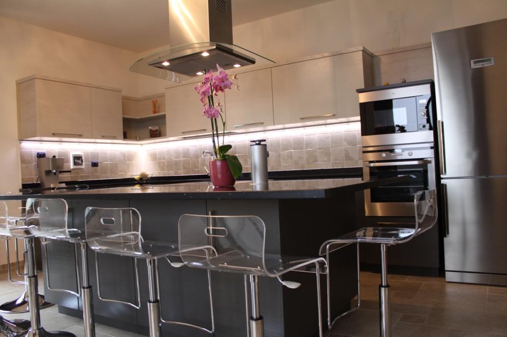 Cucine bicolore cucina moderna bicolore white e rovere for Penisola mobile cucina